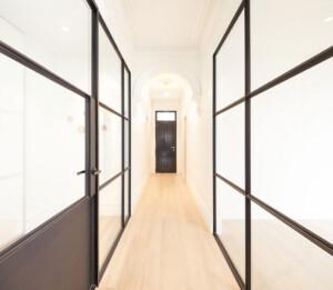 ścianka wewnętrzna na korytarzu