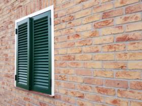 Z bliska okiennica zamknięta w ramie