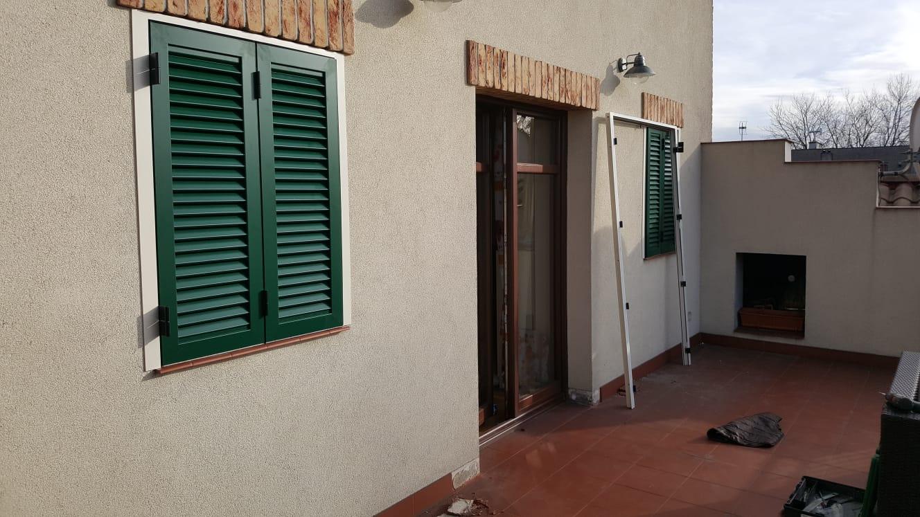 Montaż okiennicy aluminiowej w ramie i okiennic drzwi wejściowych