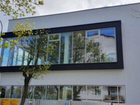 fasada wystajaca poza obrys budynku