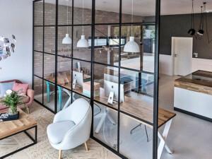 scianka loftowa z czarnymi szprosami w mieszkaniu