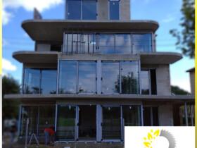 okna i drzwi aluminiowe, fasady w hotelu budowa, montaż aluminium