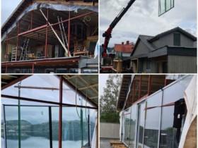 Proces montażu okien z wykorzystaniem dźwigu w domu